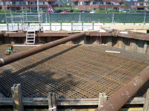 Dag van de Bouw! de ijzermassa die in het betonnen dek van de fietstunnel wordt verwerkt, en de toe-rit naar de tunnel aan de Oostkant