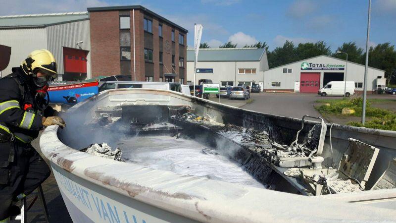 'De uitgebrandde boot' - Foto: Brandweer Slootdorp